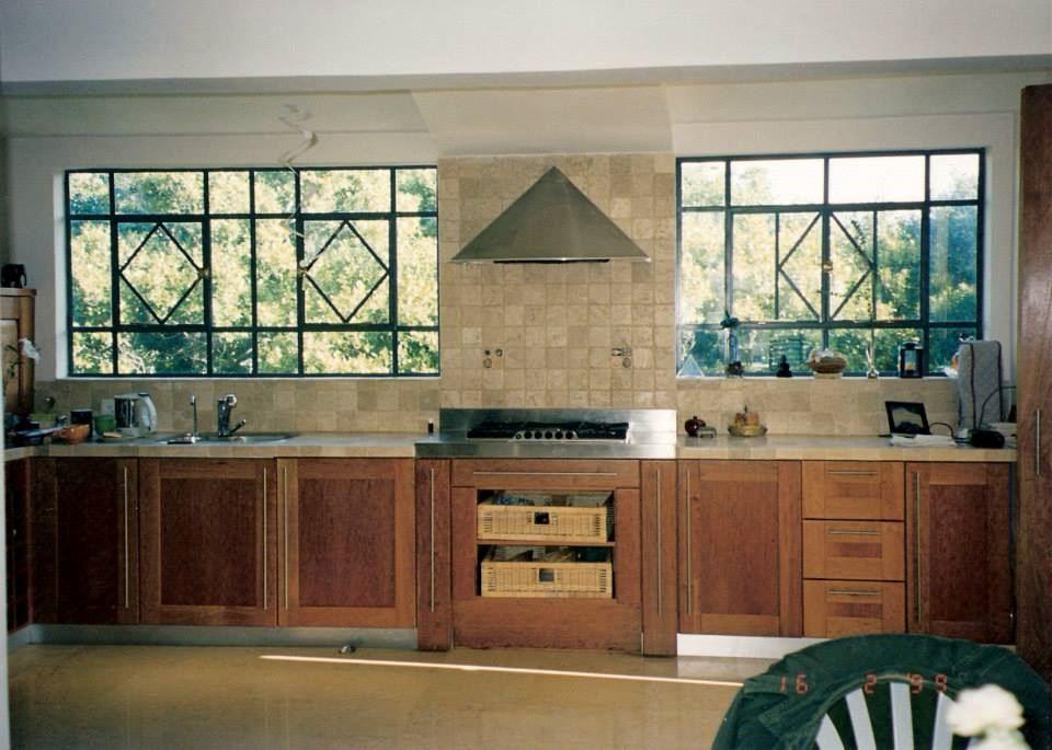 חלונות המטבח בפרופיל בלגי נעשה בברזל שחור