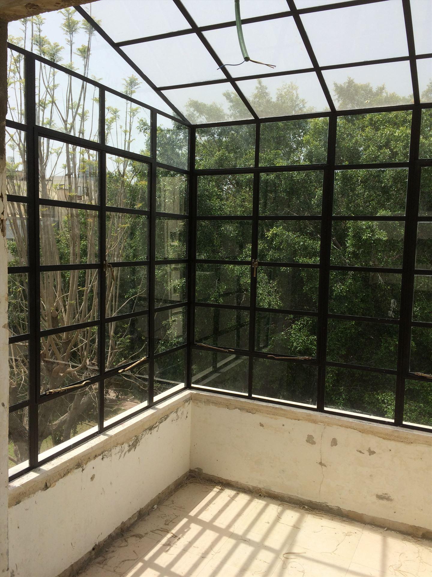 מרפסת הדירה סגורה בפרופיל בלגי מיוחד