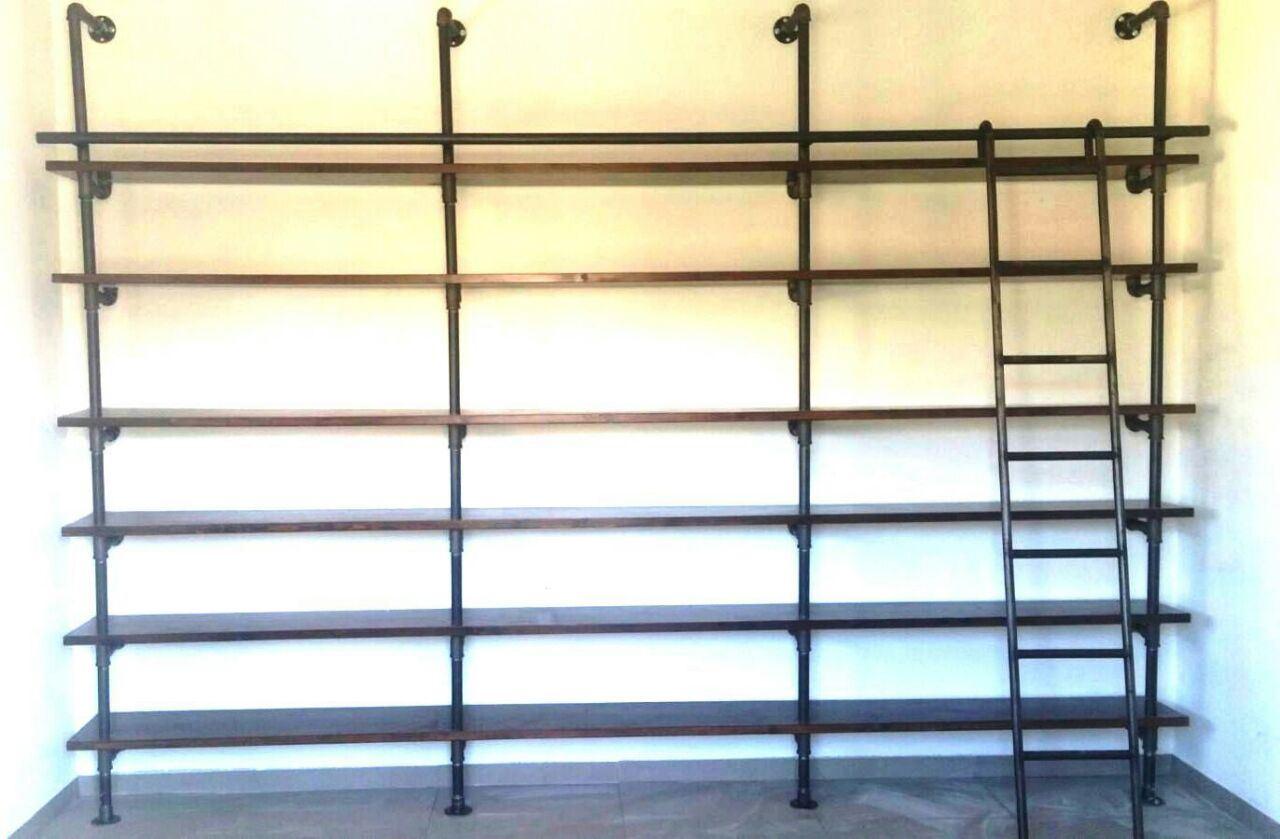 עיצוב הכולל סולם ברזל לספריה