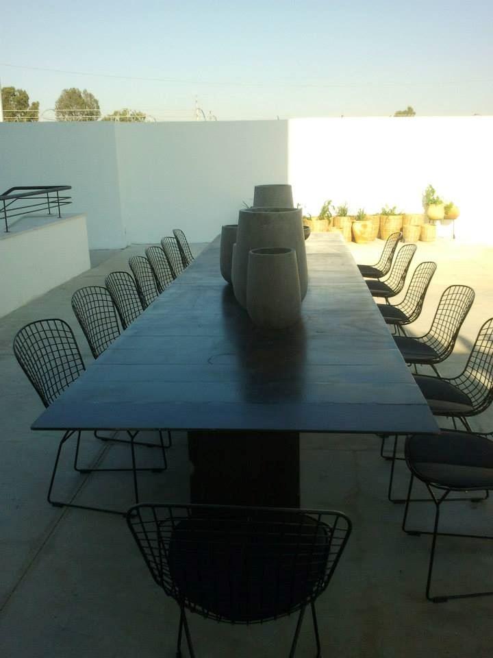 שולחן אוכל מברזל בחצר הבית