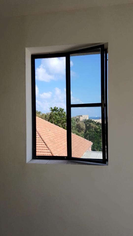 חלון של פרופיל בלגי בחדר הבית