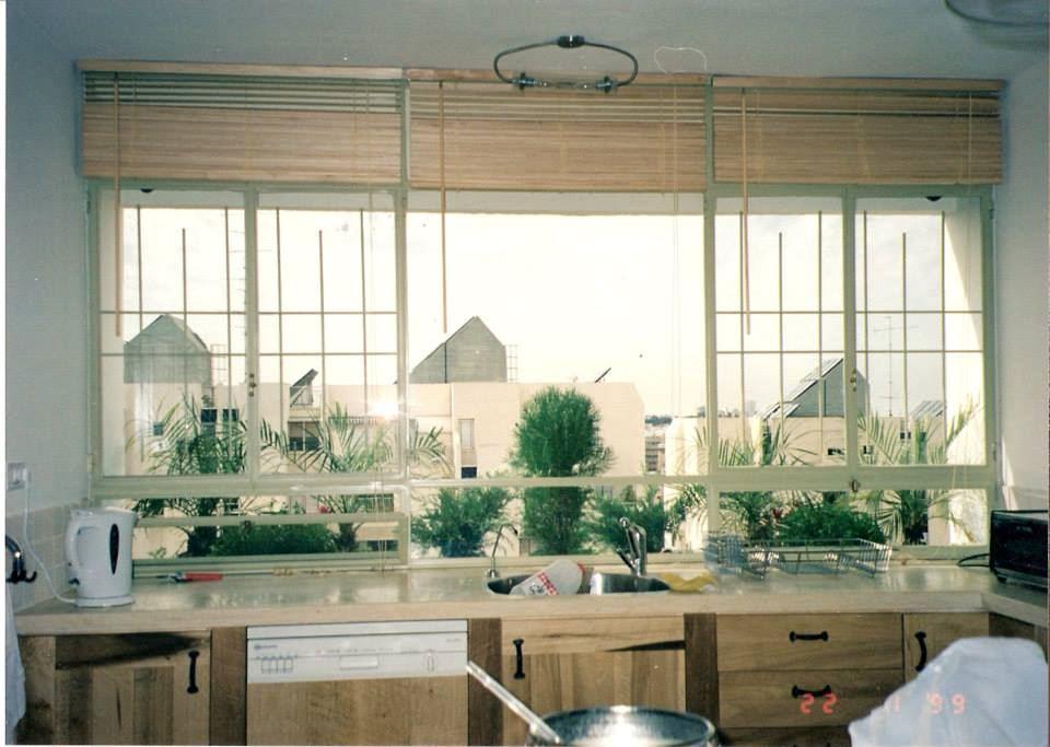 חלונות מטבח הדירה בפרופיל בלגי לבן