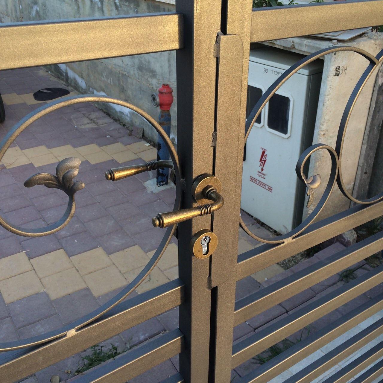 ידית שער בכניסה לבית