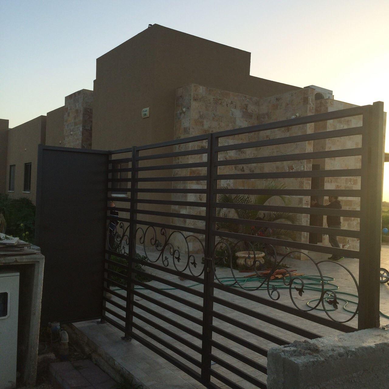 שערים לבית ממתכת מבט מבחוץ